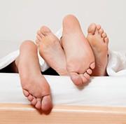 Detektei - Grafik Füße eines Paares im Bett
