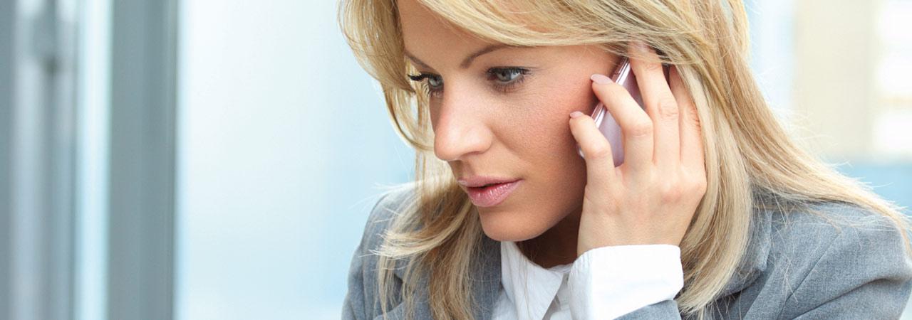 Detektei Langwieser Mallorca - junge Frau am Telefon